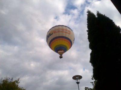 Typisch Ingenieur oder der Manager im Heißluftballon